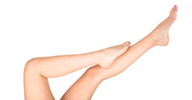 Schöne, enthaarte Beine einer Frau